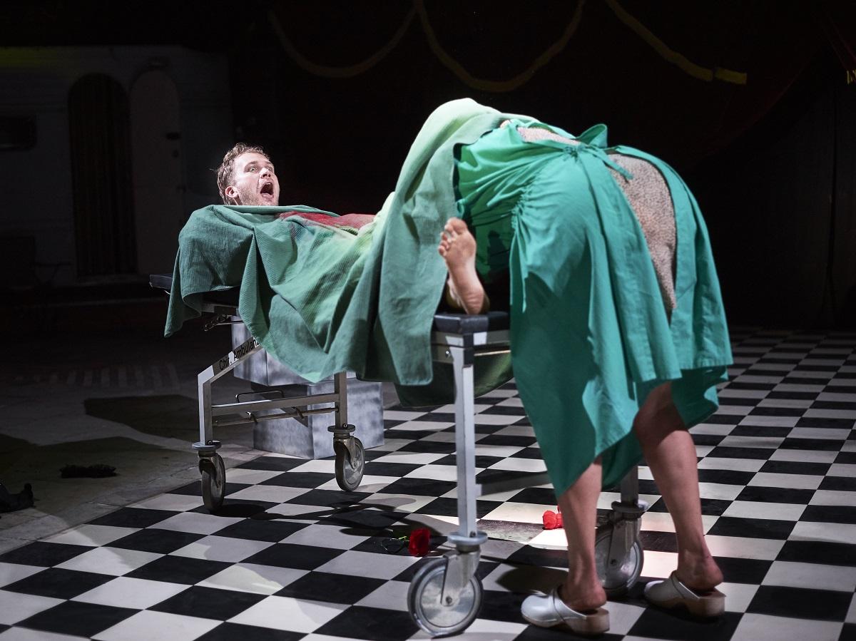 Gina May Walter as Dr. Dr. med. Ballsplitter with Ferdinand Keller. (Photo: Fein / tutti d*amore)