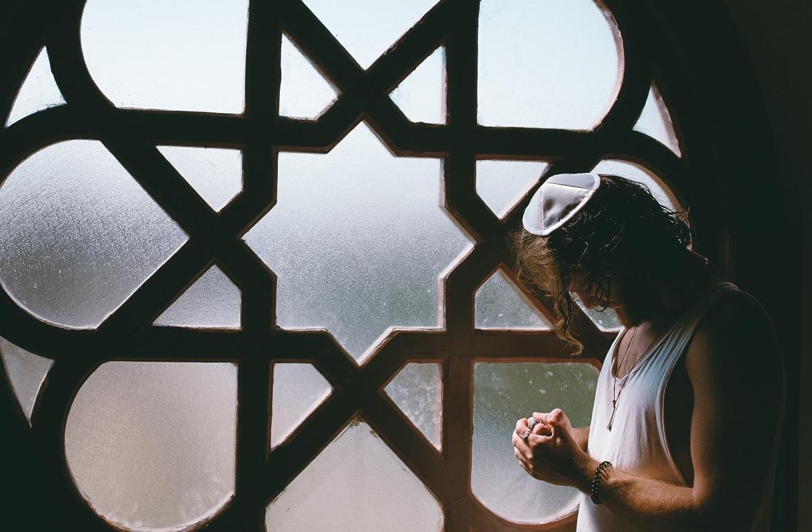 A modern man praying. (Photo: Toa Heftiba / Unsplash)