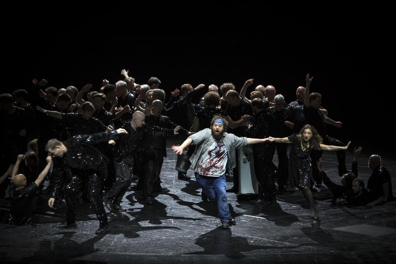 """Allan Clayton (Mitte) als Jim Mahoney in """"Aufstieg und Fall der Stadt Mahagonny"""" an der Komischen Oper Berlin. (Foto:  Iko Freese / drama-berlin.de)"""
