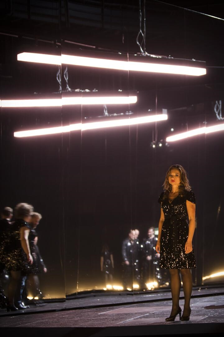 "Nadja Mchantaf als Jenny in ""Aufstieg und Fall der Stadt Mahagonny"" an der Komischen Oper Berlin. (Foto: Iko Freese / drama-berlin.de)"