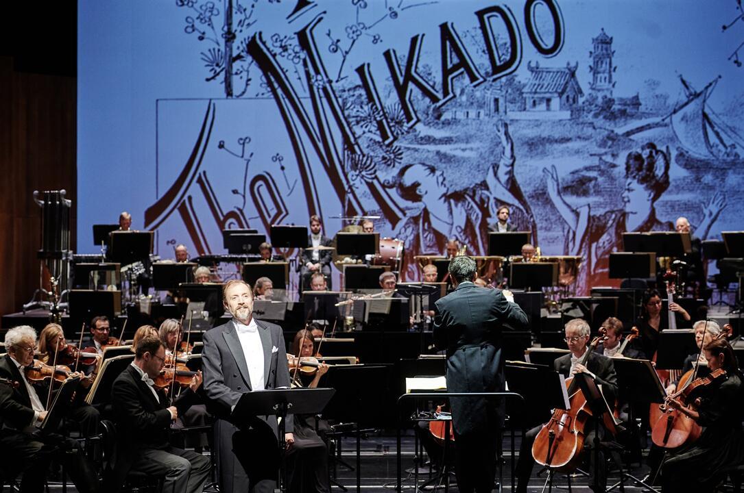 """Bryan Rothfuss mit einem Lied aus """"The Mikado"""" in der Staatsoperette Dresden. (Foto: Stephan Floss)"""