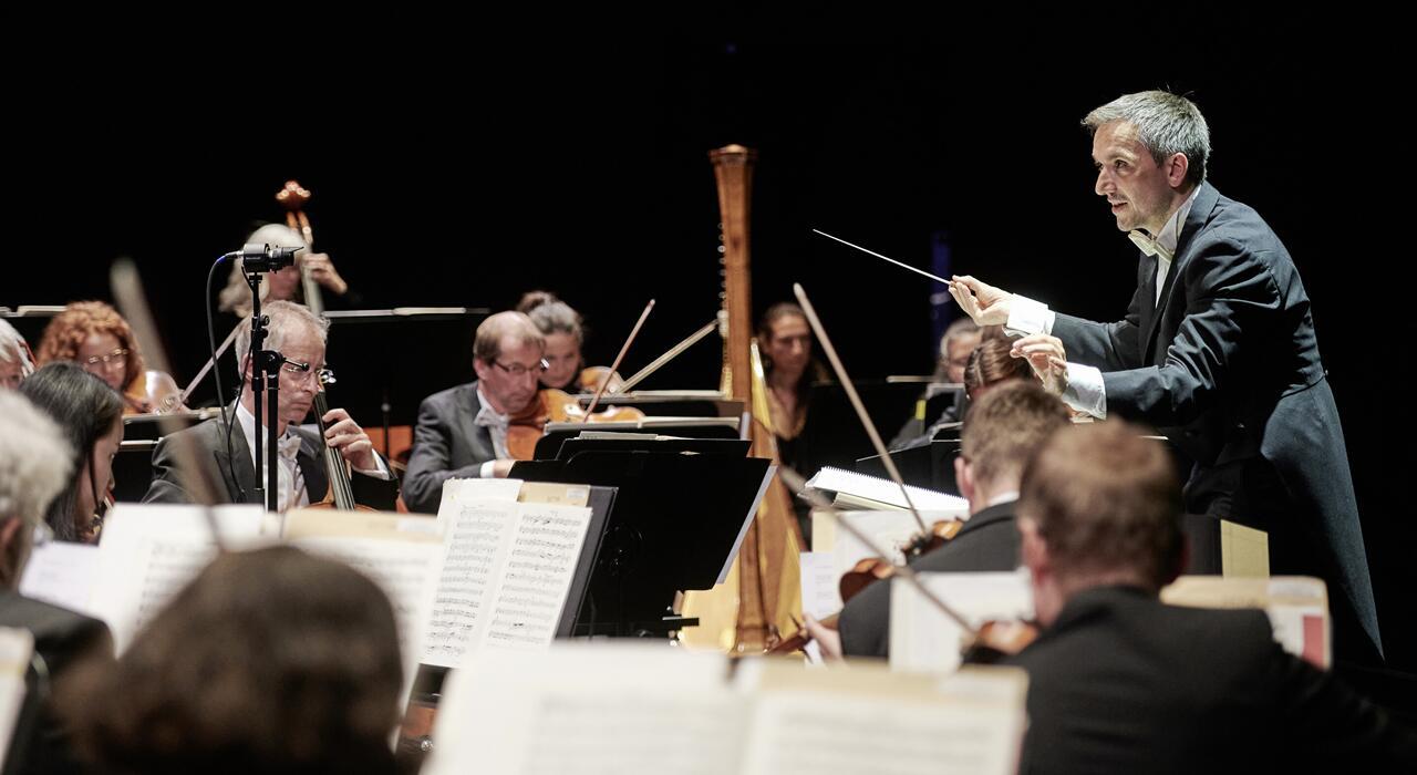 Chefdirigent Johannes Pell und das Orchester der Staatsoperette Dresden. (Foto: Stephan Floss)
