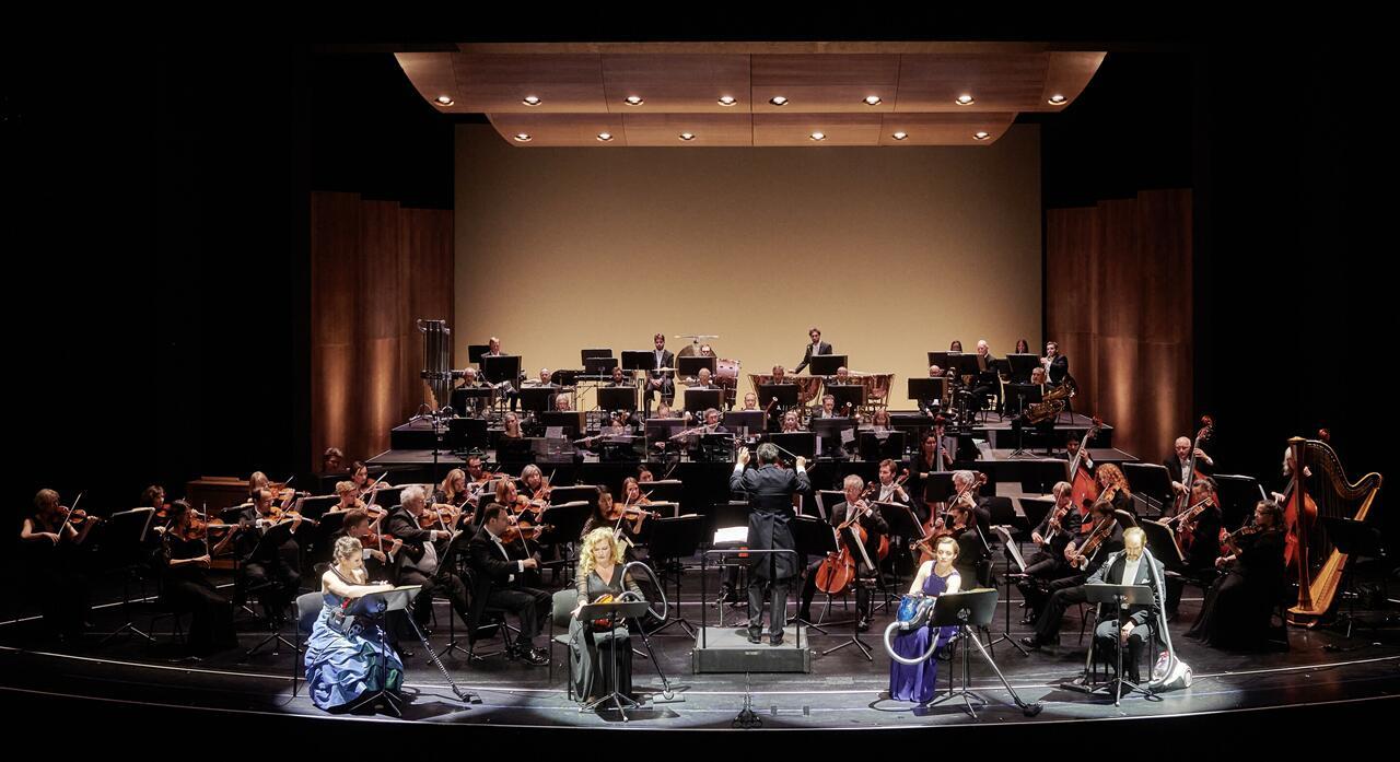 """Vier Staubsauger und eine Symphonieorchester: das Finale des """"Bitte Britisch""""-Konzerts in der Staatsoperette Dresden. (Foto: Stephan Floss)"""